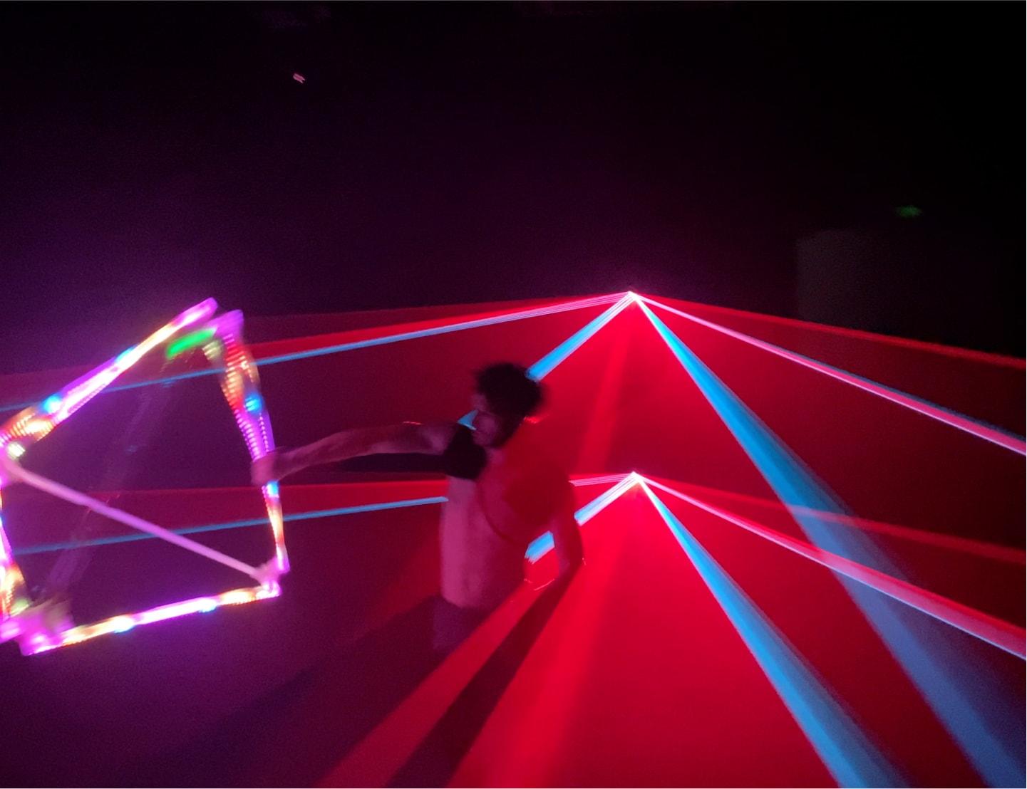 Лазерно шоу – акт със светлинен тетраедър
